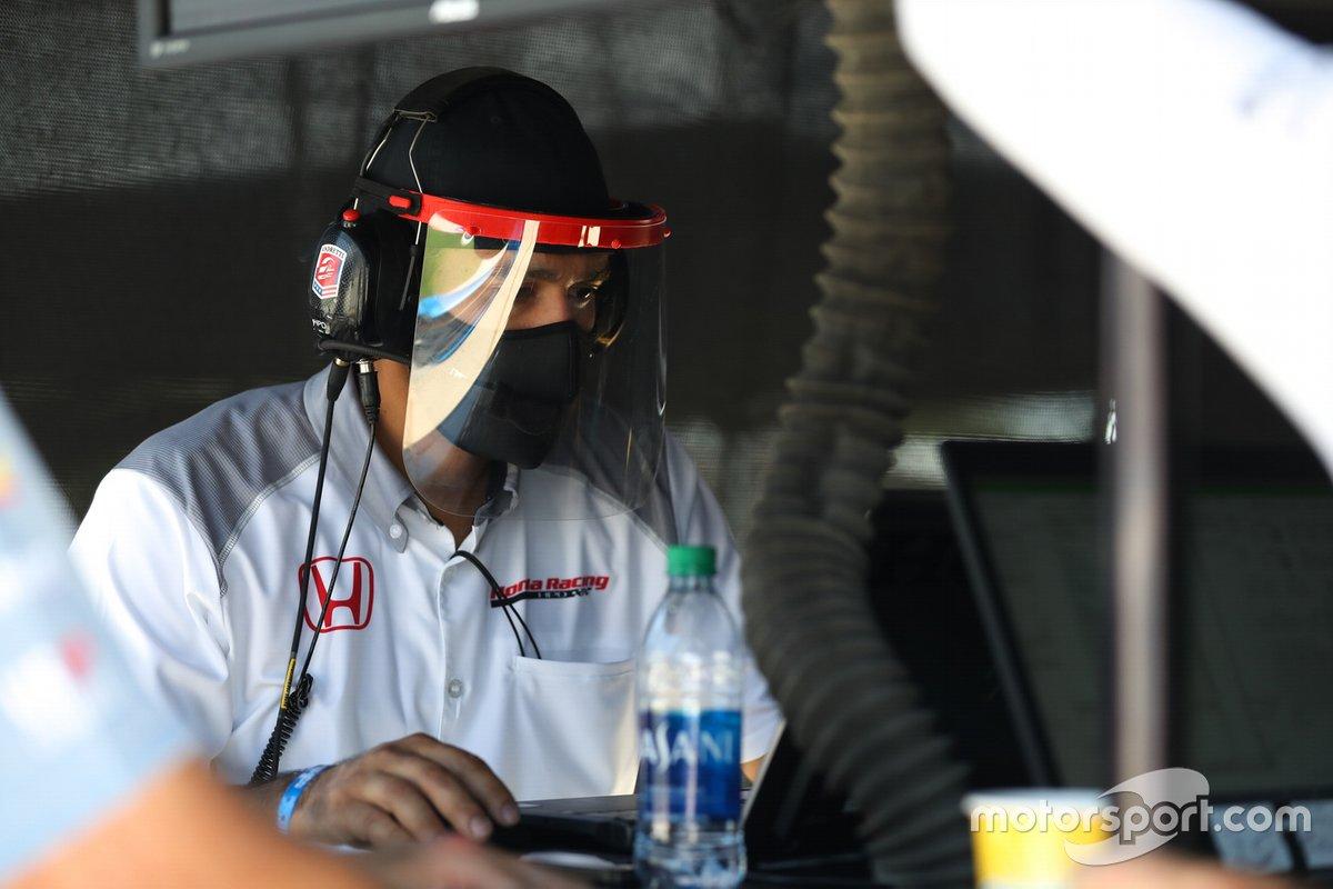 Un membro della Honda lavora su una macchina della Andretti Autosport