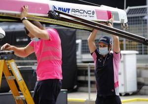 Un membro del Team Racing Point durante il montaggio dell'attrezzatura nel box