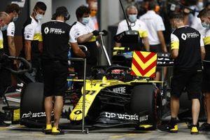 Esteban Ocon, Renault F1 Team R.S.20, in the pits