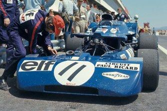 Los mecánicos trabajan en el Tyrrell 003 Ford de Jackie Stewart