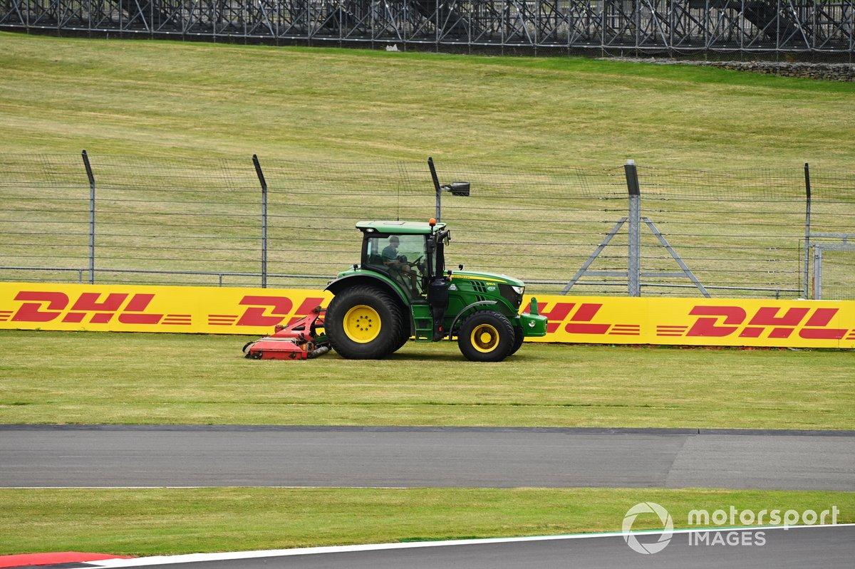 Трактор с косилкой в зоне вылета