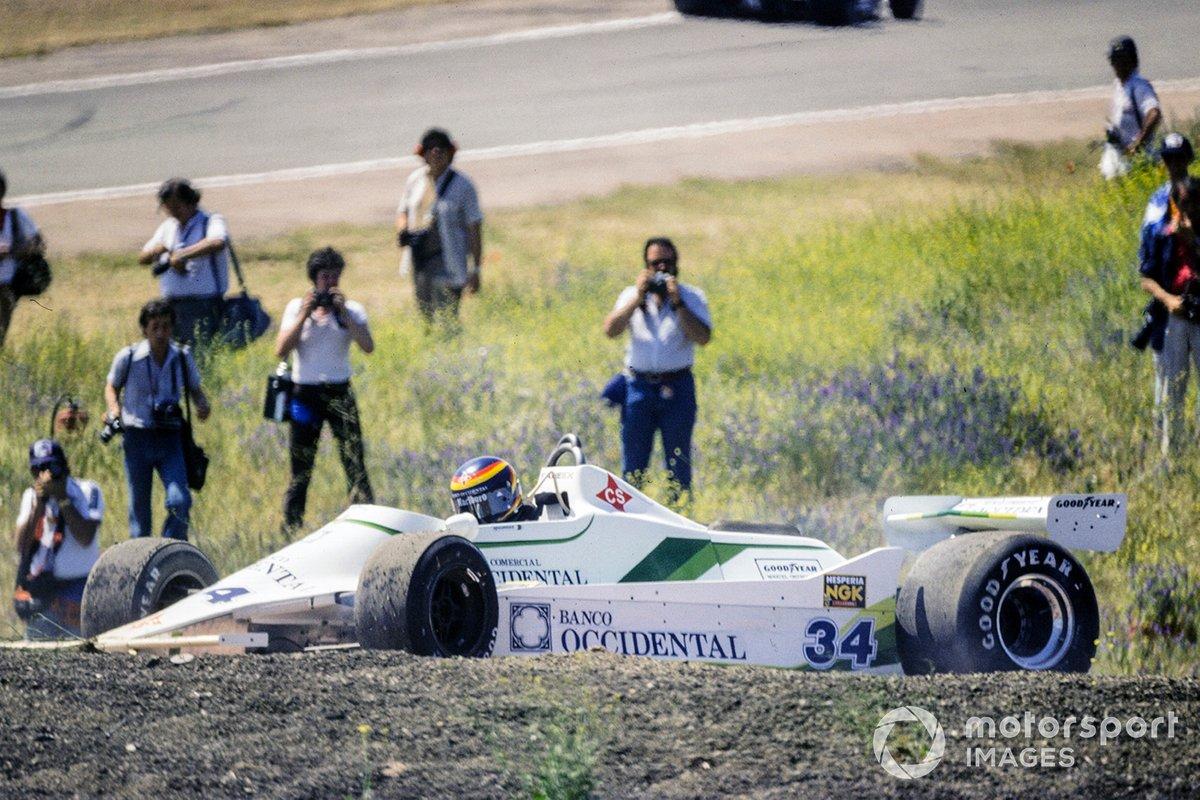 На 35-м круге лидеры настигли Эмилио де Вийоту. Тот стартовал на прошлогодней машине Williams 07, подготовленной командой RAM. В квалификации испанец стал 17-м, но после разворота в гонке (на фото) уже не претендовал на многое