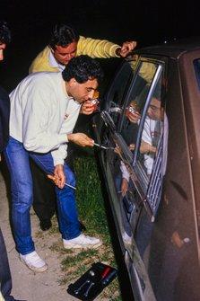 Michele Alboreto, Ferrari, intenta abrir la puerta de un coche sin llave