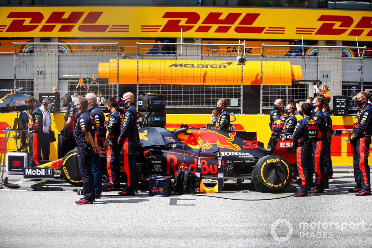 I meccanici e ingegneri della Red Bull in piedi intorno all'auto di Max Verstappen, Red Bull Racing RB16, on the grid
