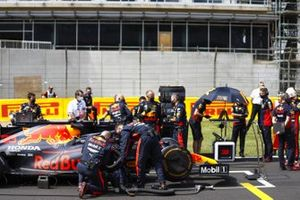 Max Verstappen, Red Bull Racing, and Red Bull Mechanics on the grid