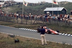 Jacky Ickx, Ferrari 312B, pasa un fotógrafo