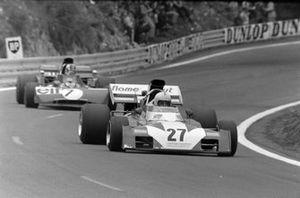 Tim Schenken, Surtees TS9B Ford leads François Cevert, Tyrrell 002 Ford