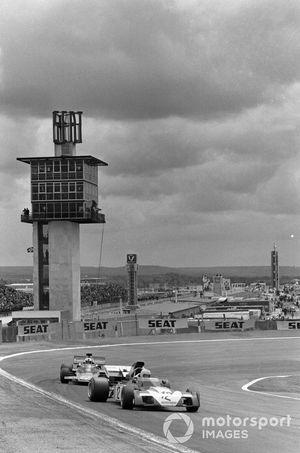Tim Schenken, Surtees TS9B Ford devant Dave Walker, Lotus 72D Ford