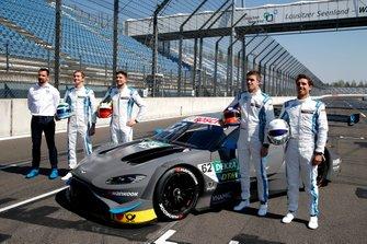 Alle R-Motorsport coureurs met Dr. Florian Kamelger, oprichter en eigenaar AF Racing AG en teambaas van R-Motorsport