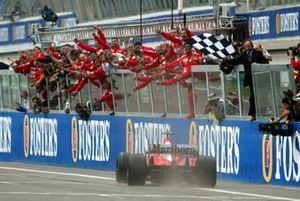 Le vainqueur Michael Schumacher, Ferrari F2002, passe sous le drapeau à damier
