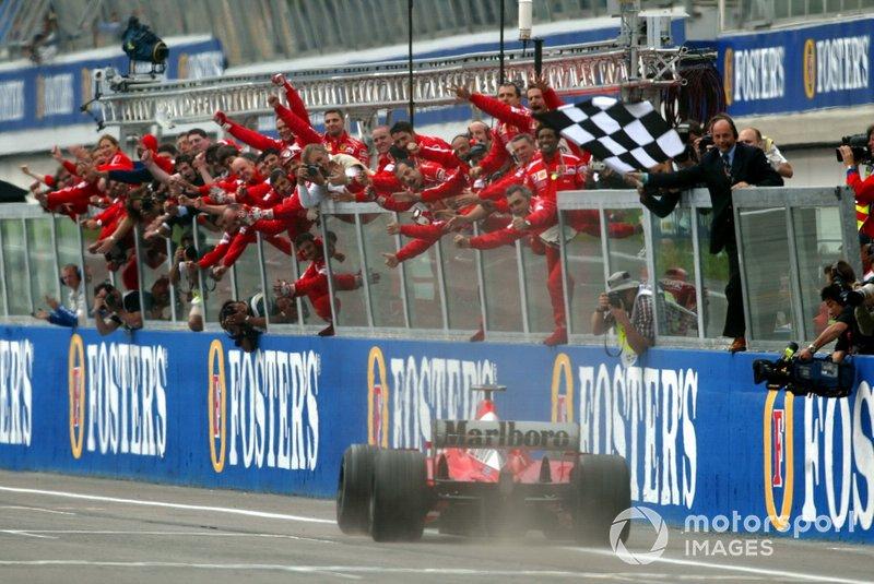 Schumacher consigue la victoria.