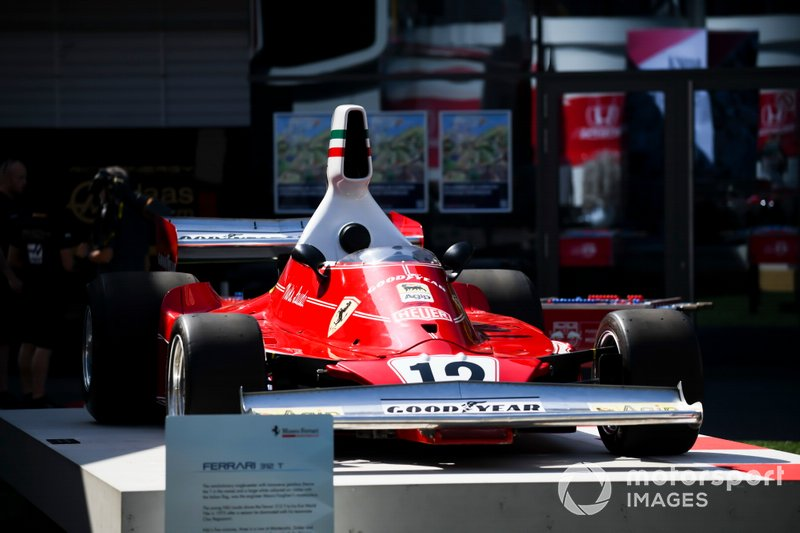 La voiture de Niki Lauda, Ferrari 312T exposée dans le paddock