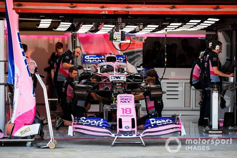 Les mécaniciens travaillent sur la voiture de Lance Stroll, Racing Point RP19, dans le garage