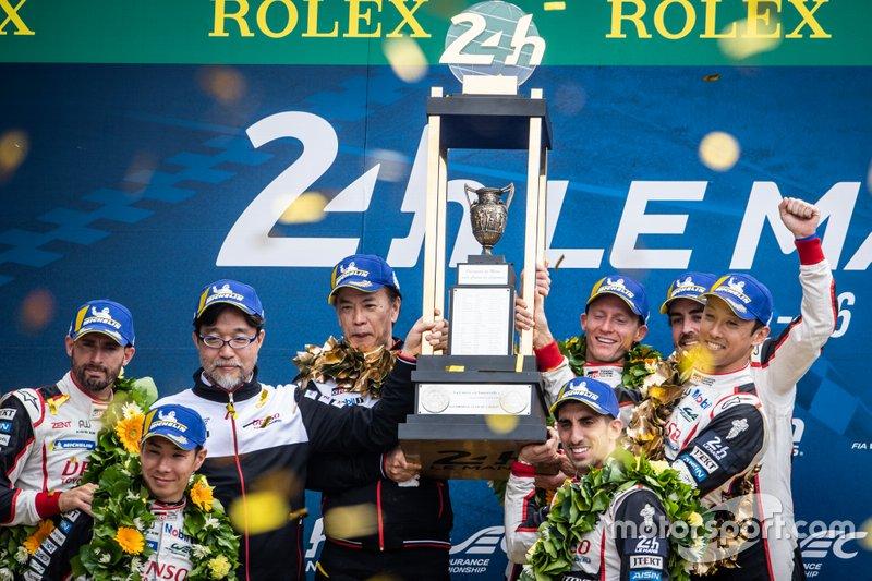 Podio: ganadores #8 Toyota Fernando Alonso, Sebastien Buemi, Kazuki Nakajima