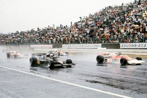 James Hunt, McLaren M23 Ford leads the field alongside Mario Andretti, Lotus 77 Ford with Niki Lauda, Ferrari 312T2 and John Watson, Penske PC4 Ford