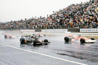 James Hunt, McLaren M23 Ford comanda davanti a Mario Andretti, Lotus 77 Ford con Niki Lauda, Ferrari 312T2 e John Watson, Penske PC4 Ford