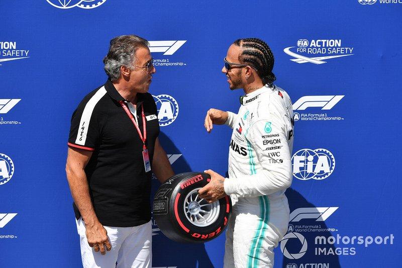 Jean Alesi presents Lewis Hamilton, Mercedes AMG F1, con il suo Pirelli Pole Position award