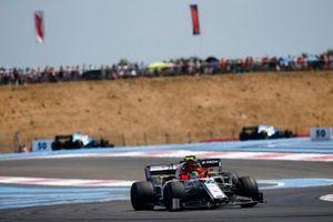 Антонио Джовинацци, Alfa Romeo Racing C38, и Даниэль Риккардо, Renault Sport F1 Team R.S.19