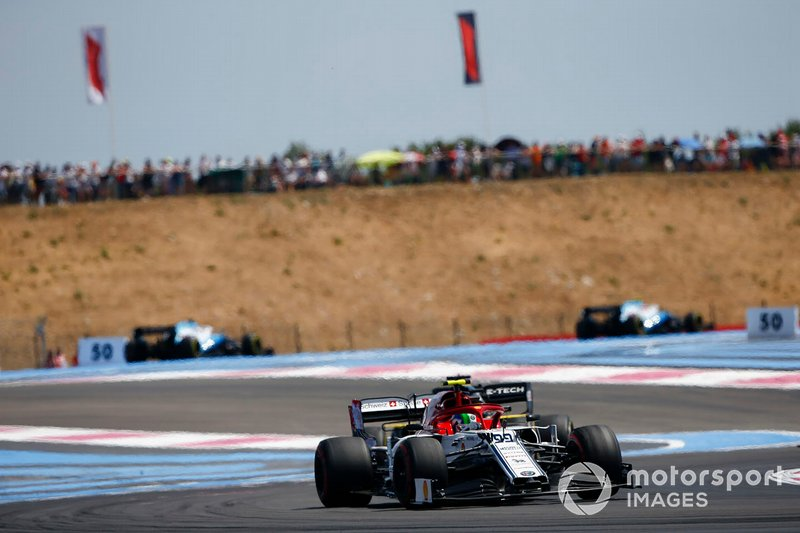 Antonio Giovinazzi, Alfa Romeo Racing C38, devant Daniel Ricciardo, Renault F1 Team R.S.19