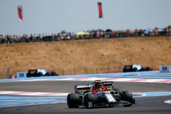 Antonio Giovinazzi, Alfa Romeo Racing C38, leads Daniel Ricciardo, Renault F1 Team R.S.19