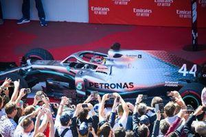 Le vainqueur Lewis Hamilton, Mercedes AMG F1 W10 arrive dans le Parc Fermé