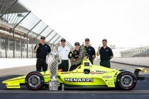 Winnaar Simon Pagenaud, Team Penske Chevrolet met Mark Kent, Rob Buckner, Jim Campbell van Chevrolet en Roger Penske