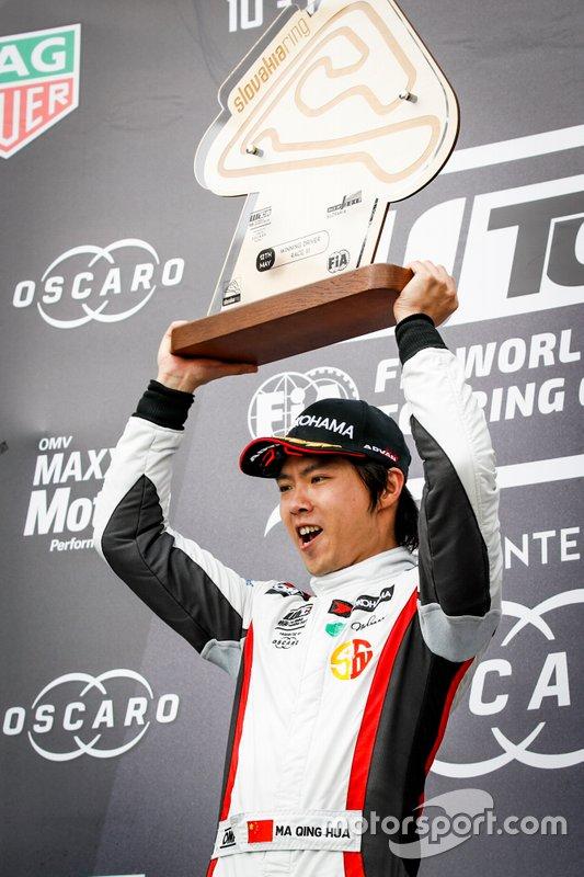 Podio: Il vincitore Ma Qing Hua, Team Mulsanne Alfa Romeo Giulietta TCR