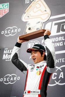 Podium: Race winner Ma Qing Hua, Team Mulsanne Alfa Romeo Giulietta TCR
