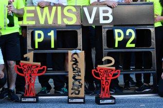 Кубки команды Mercedes AMG F1 за победу в Гран При Испании