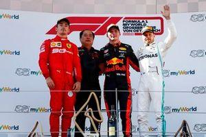 Charles Leclerc, Ferrari, deuxième, Toyoharu Tanabe, F1 directeur technique, Honda, Max Verstappen, Red Bull Racing, vainqueur, et Valtteri Bottas, Mercedes AMG F1, troisième, sur le podium