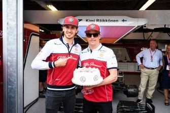Kimi Raikkonen, Alfa Romeo Racing con un pastel para sus 300 carreras de GP con Antonio Giovinazzi, Alfa Romeo Racing