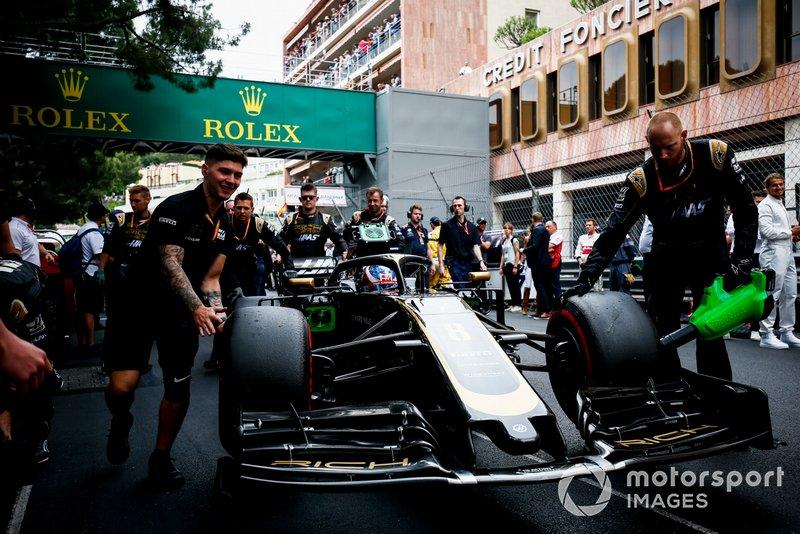 Romain Grosjean, Haas F1 Team VF-19 on the grid
