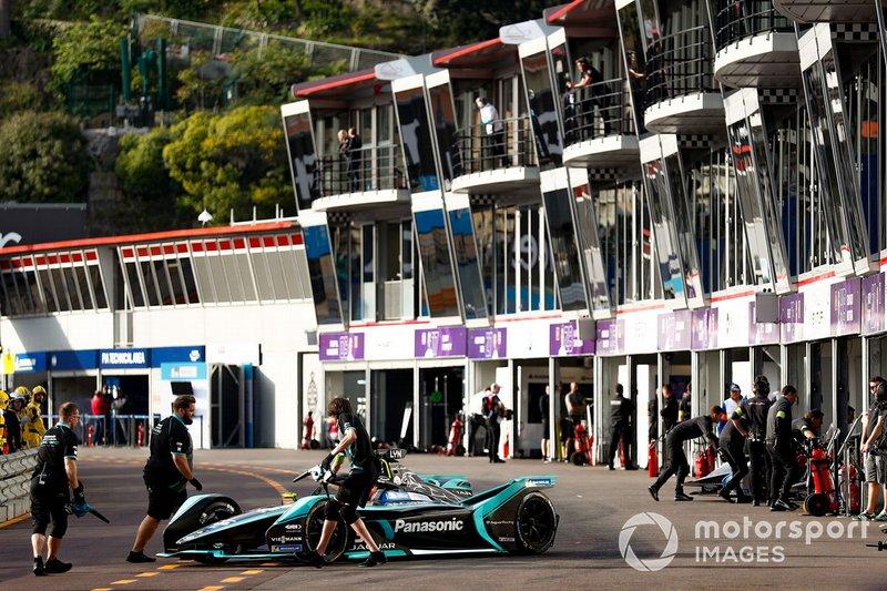 Alex Lynn, Panasonic Jaguar Racing, Jaguar I-Type 3 is pushed back into the garage