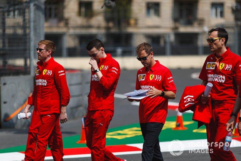 Sebastian Vettel, Ferrari cammina in pista con i suoi ingegneri