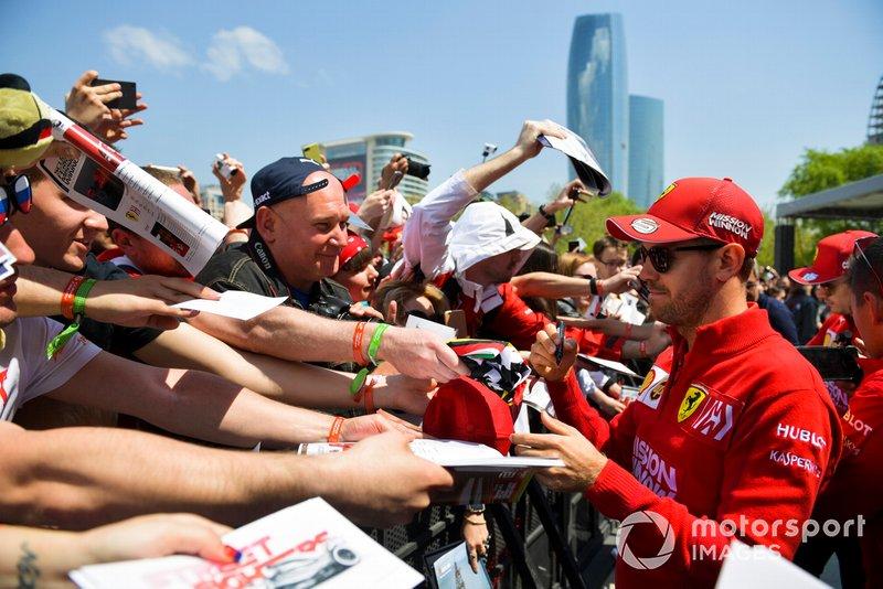 Sebastian Vettel, Ferrari, firma un autografo