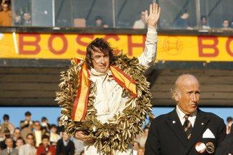 Jackie Stewart celebra la victoria en el podio