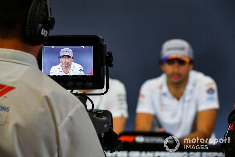 Un caméraman filme Carlos Sainz Jr., McLaren durant la conférence de presse