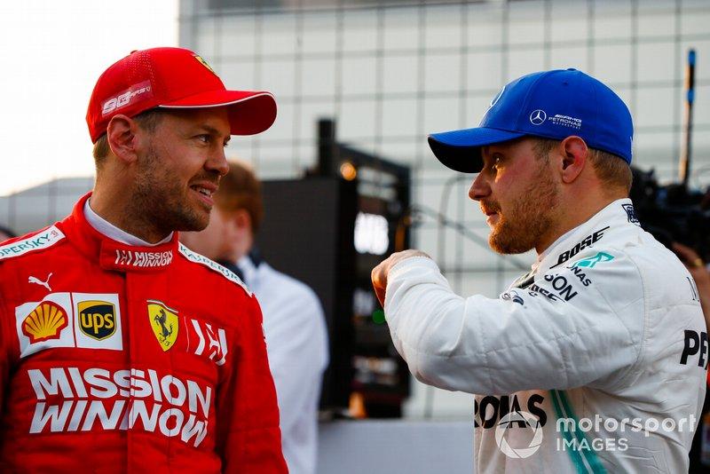 Sebastian Vettel, Ferrari, parla con il poleman Valtteri Bottas, Mercedes AMG F1, dopo le Qualifiche