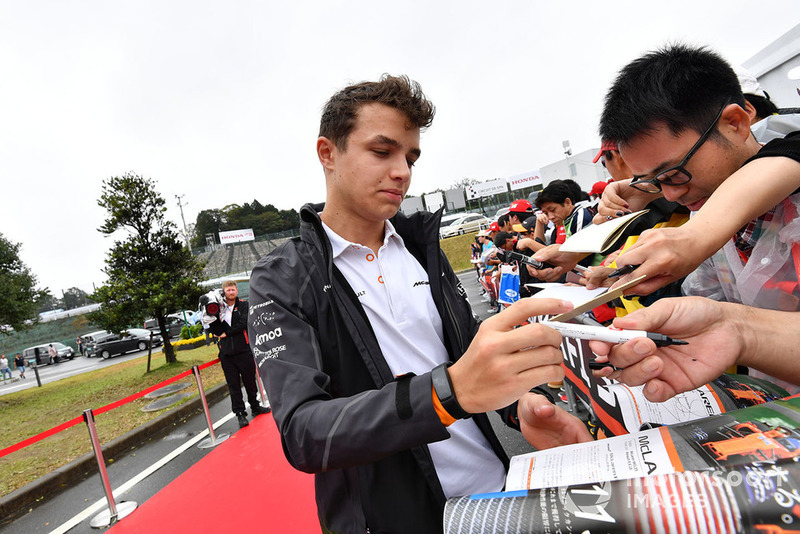 Lando Norris, McLaren signs autographs for the fans