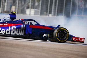 Pierre Gasly, Scuderia Toro Rosso STR13, suffers a spin
