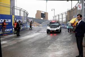 Le directeur de course Scot Elkins fait un tour de circuit pendant que les commissaires balaient la piste