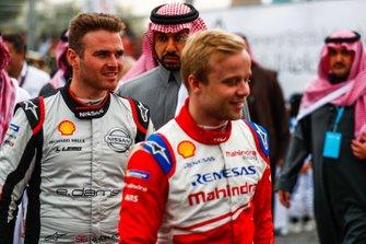 Felix Rosenqvist, Mahindra Racing, Oliver Rowland, Nissan e.Dams head back to their cars