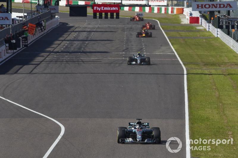 Lewis Hamilton, Mercedes AMG F1 W09, voor Valtteri Bottas, Mercedes AMG F1 W09 en Max Verstappen, Red Bull Racing RB14