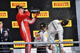 (L naar R): Kimi Raikkonen, Ferrari, Max Verstappen, Red Bull Racing en Lewis Hamilton, Mercedes AMG F1 op het podium