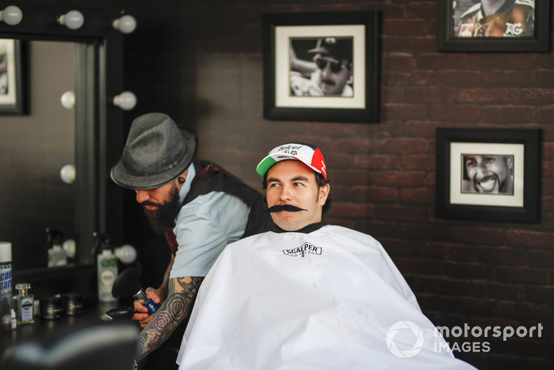Sergio Pérez, Racing Point Force India F1 Team en la barbería de Fundación Movember