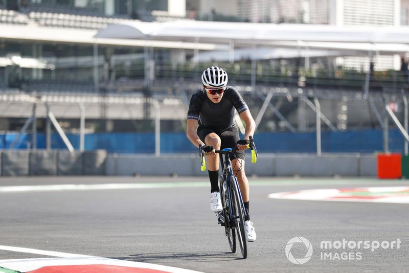 Lando Norris, McLaren, à vélo sur le circuit