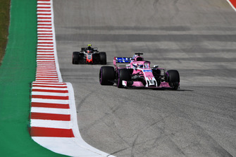 Sergio Perez, Racing Point Force India VJM11 en Kevin Magnussen, Haas F1 Team VF-18