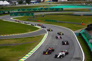 Daniel Ricciardo, Red Bull Racing RB14, dives inside Marcus Ericsson, Sauber C37, ahead of Kevin Magnussen, Haas F1 Team VF-18, and Sergio Perez, Force India VJM11.