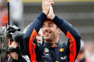 Ganador de la pole Daniel Ricciardo, Red Bull Racing celebra e
