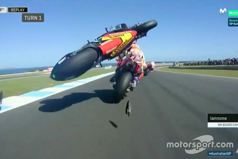 Caída de Johann Zarco e impacto con la moto de Marc Márquez (captura Movistar TV)